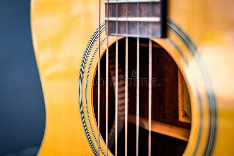 Klassiskt byggande för gitarr vid trästil arkivbild