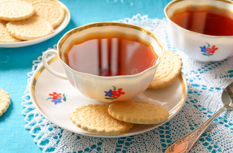 Klassiskt engelskt te med kex royaltyfri fotografi