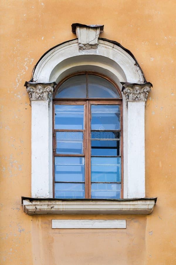 Klassiskt fönster med bågen arkivbilder