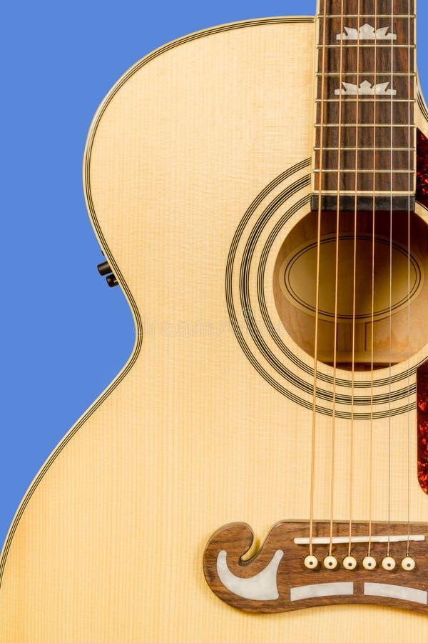 Klassiskt fragment för akustisk gitarr med sex rader och soundboardrosett royaltyfri foto