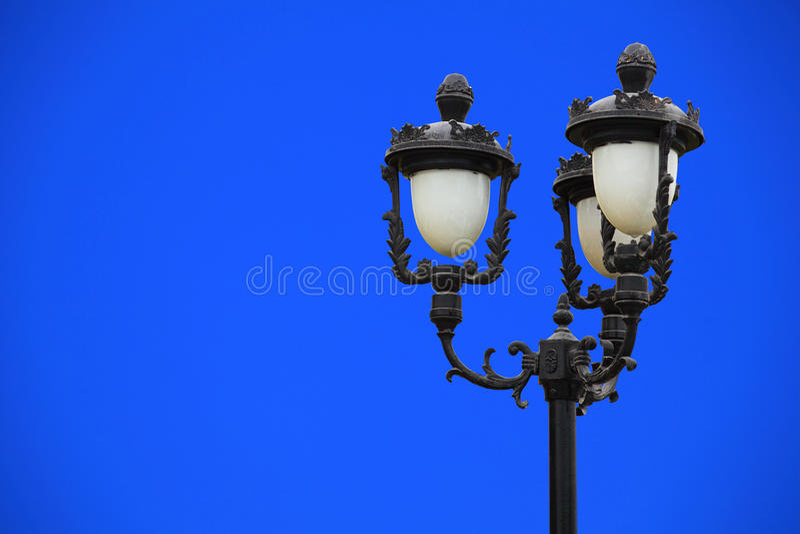 Klassiskt gataljus mot blå himmel fotografering för bildbyråer