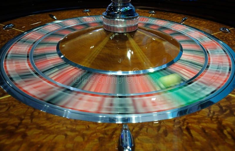 Klassiskt kasinorouletthjul med bollen på gräsplan för nummer 0 arkivfoto