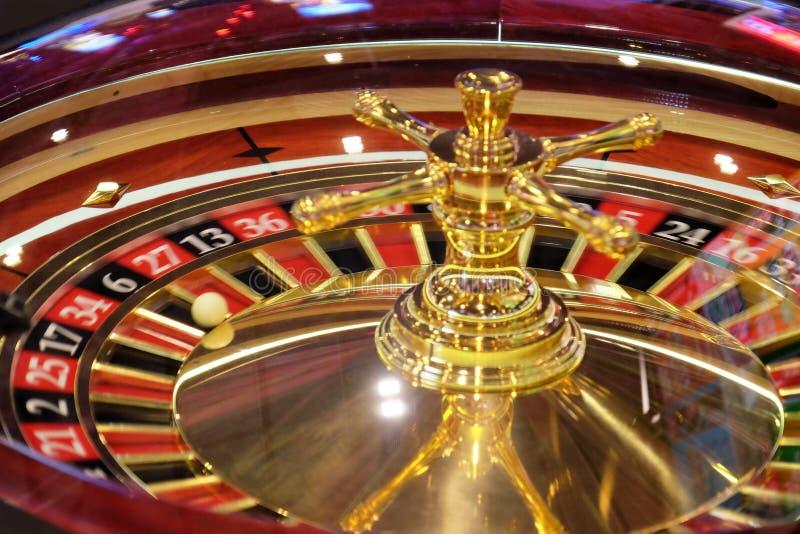 Klassiskt kasinorouletthjul med bollen på svart för nummer 6 arkivbilder