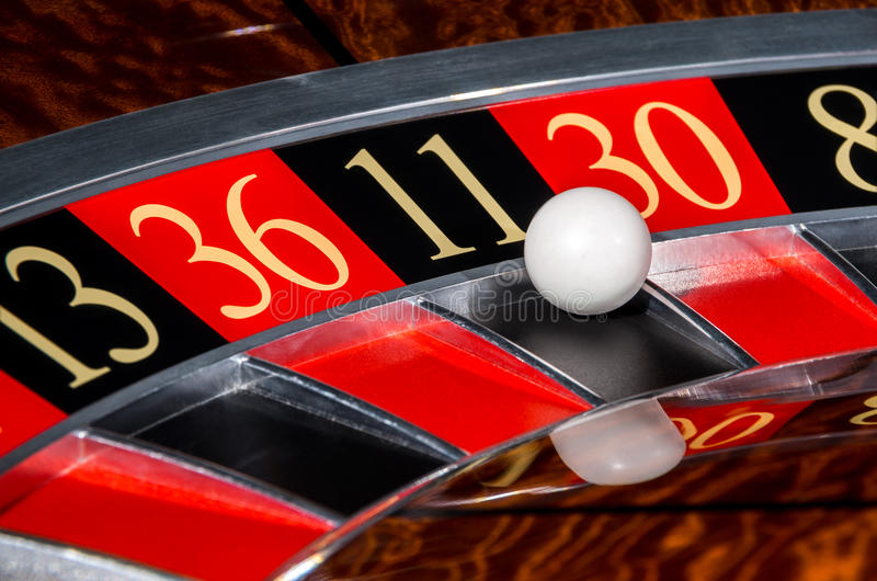 Klassiskt kasinorouletthjul med svart sektor elva 11 fotografering för bildbyråer