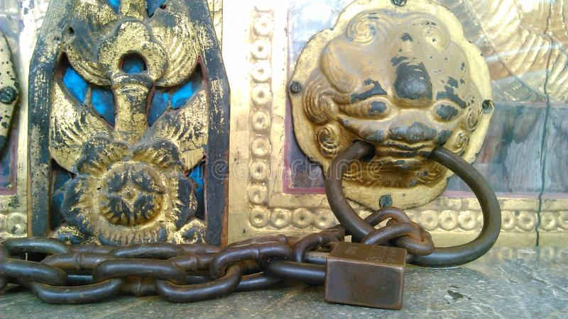 Klassiskt lås i templet royaltyfria foton