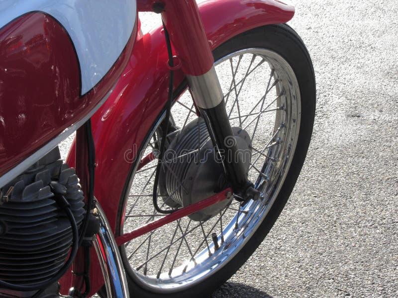 Klassiskt motorcykelanseende på vägen Closeup av mopedframhjulet royaltyfria foton