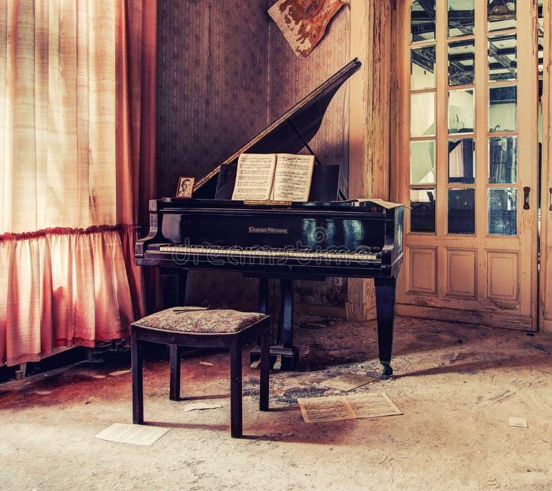 klassiskt piano royaltyfria foton
