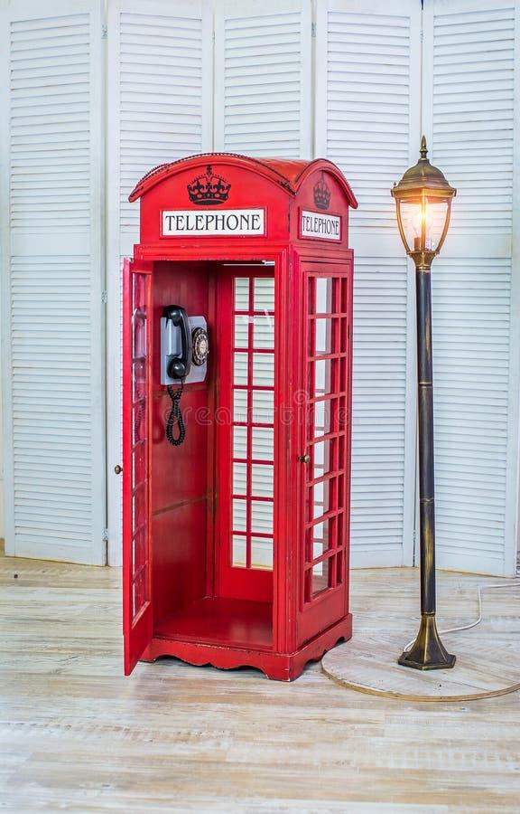 Klassiskt rött telefonbås fotografering för bildbyråer