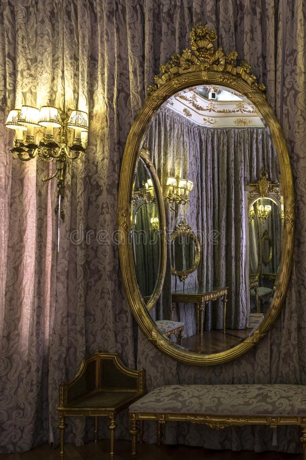 Klassiskt rum reflekterade i en spegel fotografering för bildbyråer