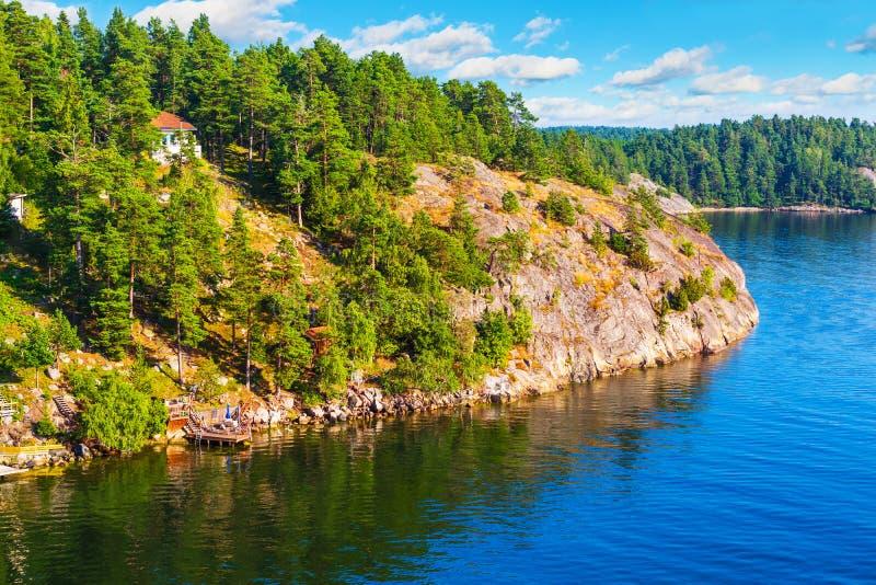 Klassiskt sommarlandskap i Sverige arkivbilder
