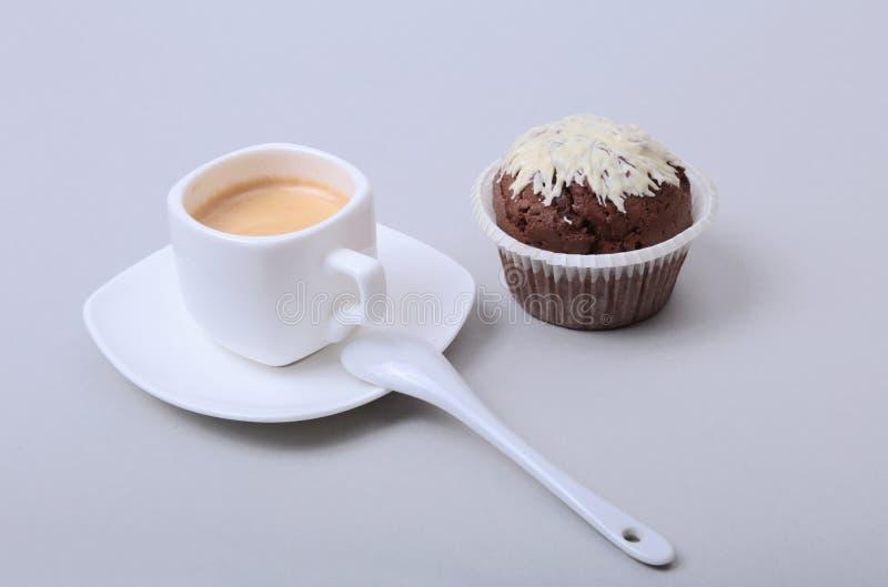 Klassiskt stilespressoskott med chipmuffin- och kaffebönor på vit bakgrund royaltyfria foton