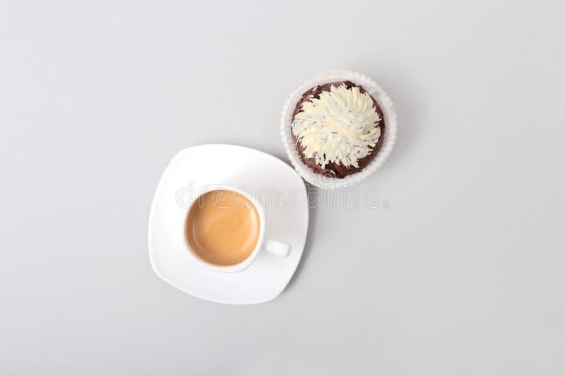Klassiskt stilespressoskott med chipmuffin- och kaffebönor på vit bakgrund royaltyfria bilder