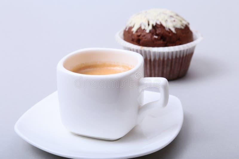 Klassiskt stilespressoskott med chipmuffin- och kaffebönor på vit bakgrund arkivfoto