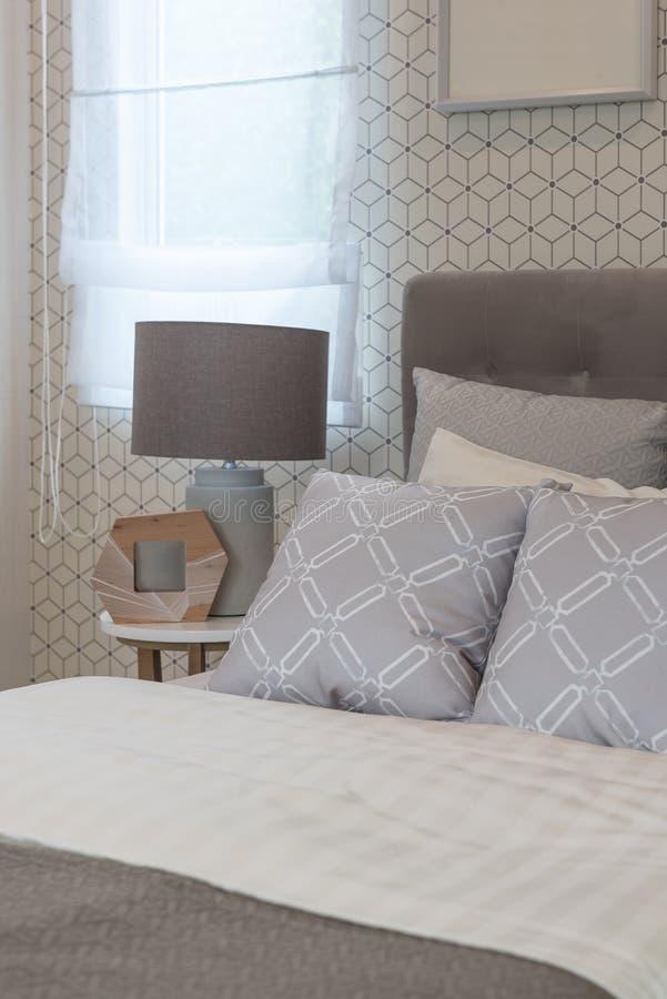 klassiskt stilsovrum med enkel säng fotografering för bildbyråer