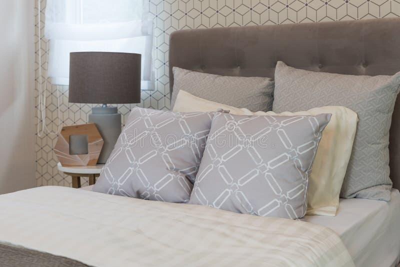 klassiskt stilsovrum med enkel säng royaltyfria foton
