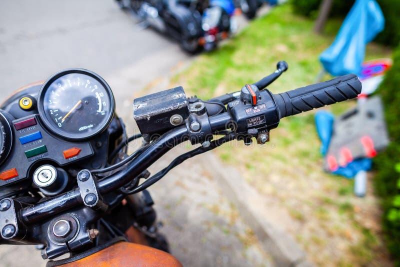 Klassiskt styre på en gammal moped royaltyfria bilder