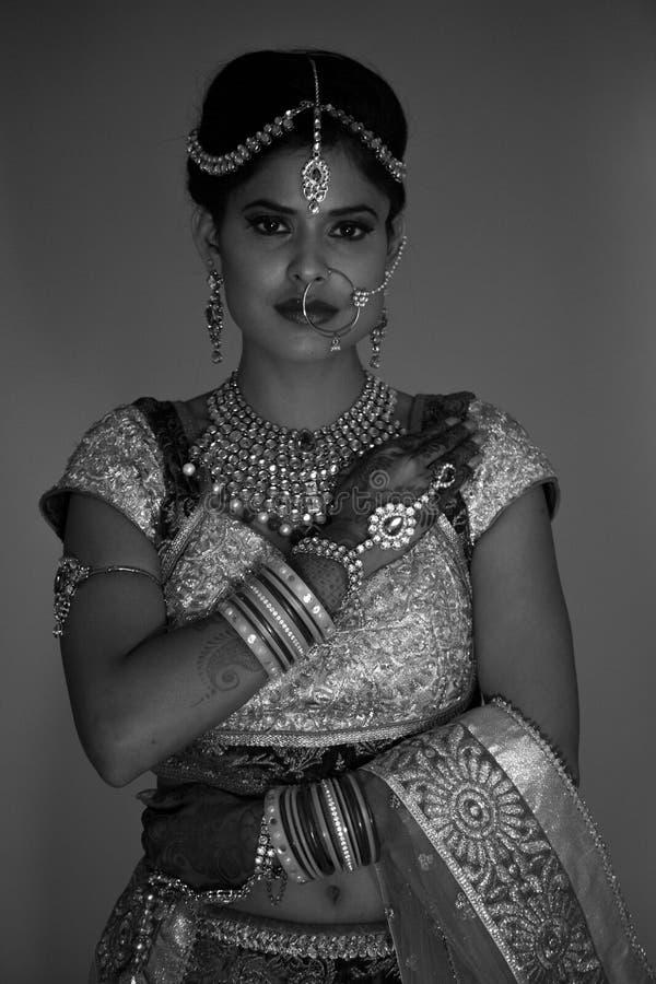 Klassiskt svartvitt skott av den indiska bruden royaltyfria bilder