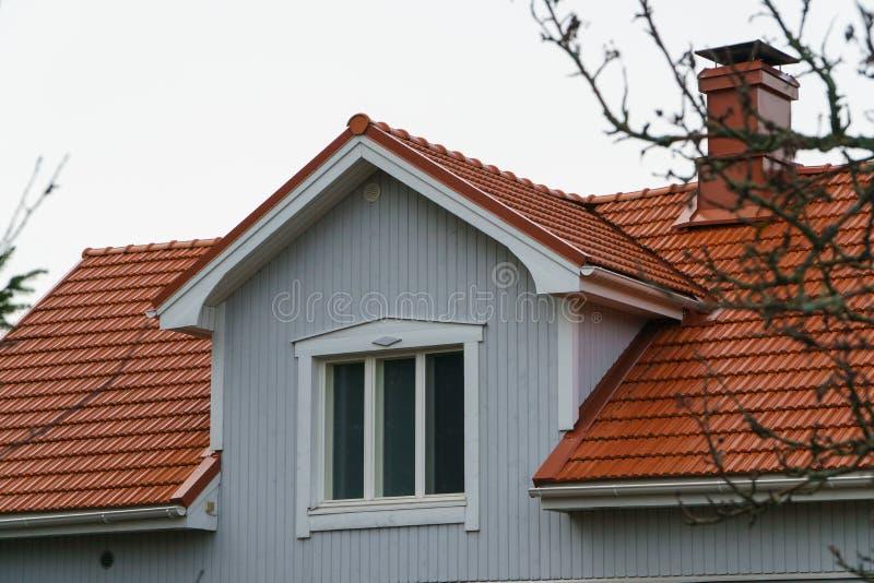 Klassiskt traditionellt hus i Skandinavien bygd, takcloseup arkivfoto