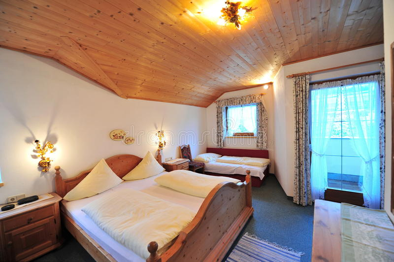 Klassiskt utformat sovrum royaltyfri bild