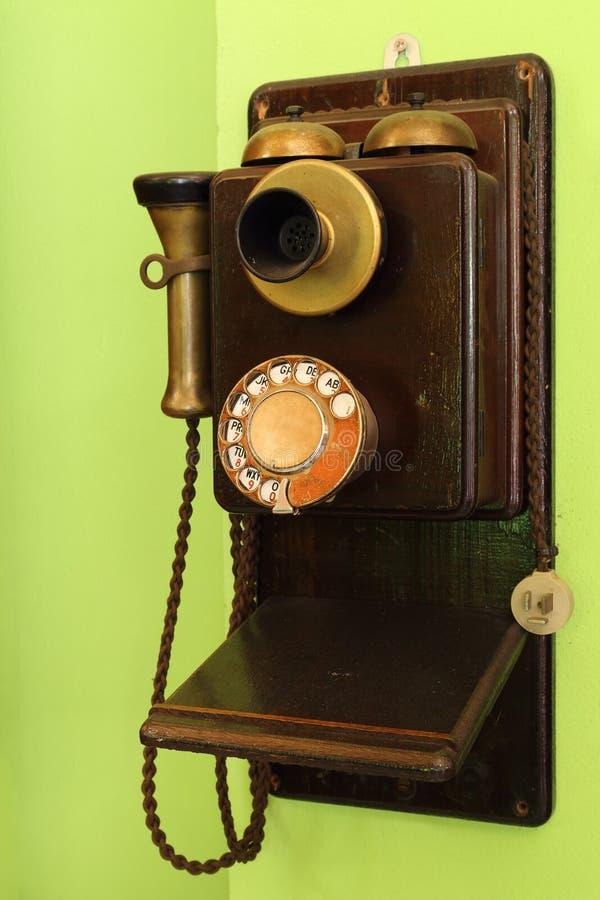 Klassiskt wood hänga för telefon royaltyfri bild