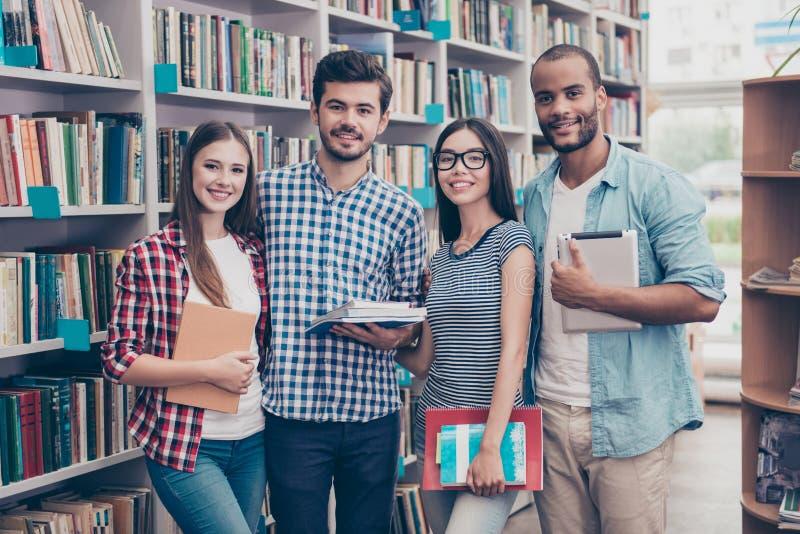 Klasskompis internationellt kamratskap, kommunikation, utbildning arkivfoto