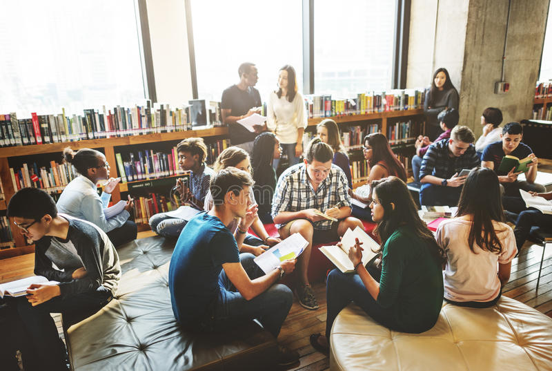 Klasskompisklassrum som delar internationellt vänbegrepp arkivbild