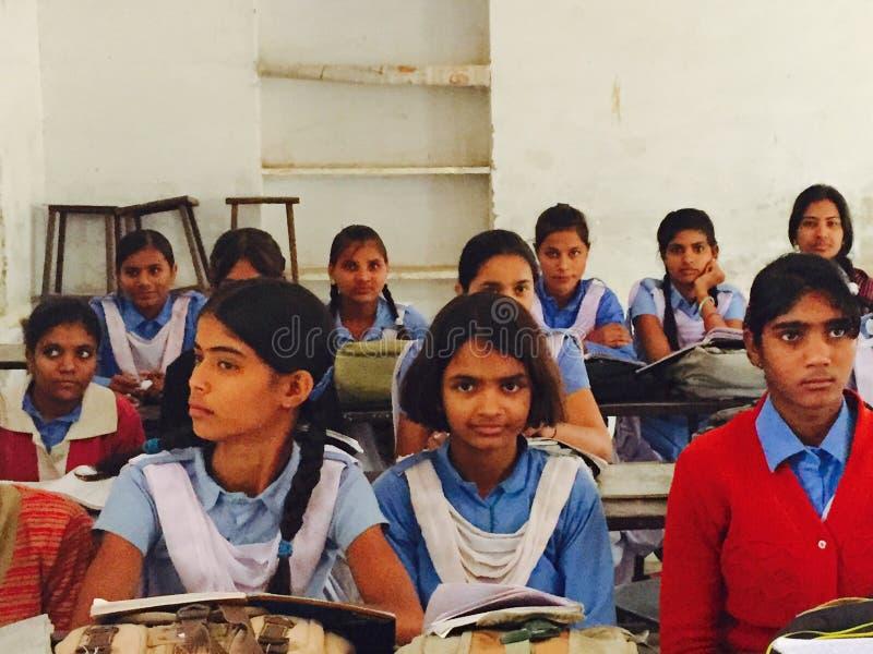 Klassrum av tonåringar i Indien arkivfoto