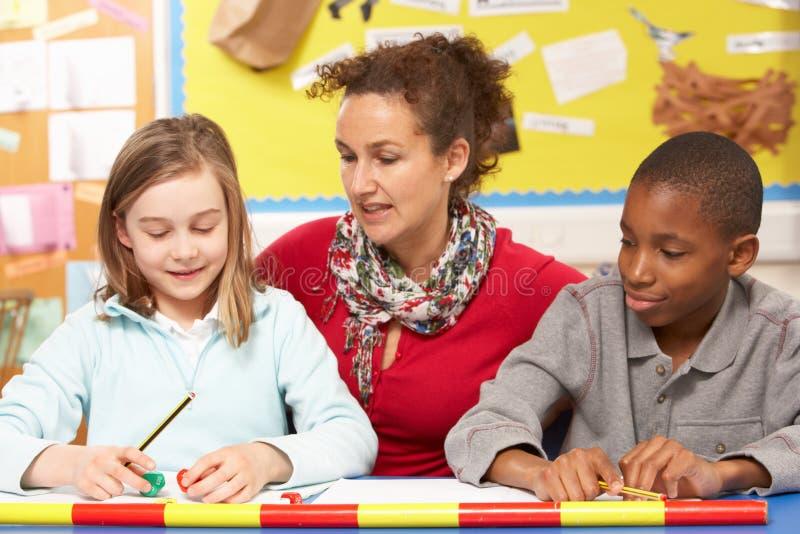 klassrumskolungdom som studerar lärare arkivfoton