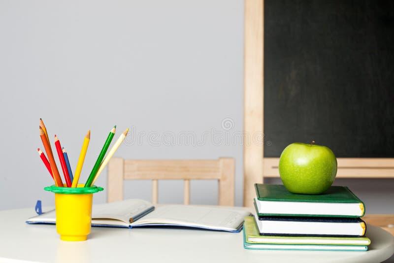 klassrumskrivbord royaltyfri foto