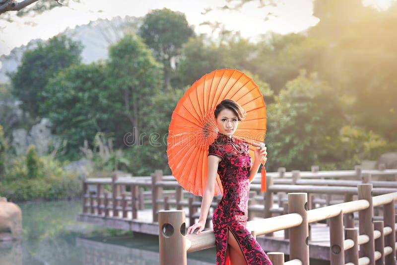Klasyczna Chińska kobieta ubierająca w cheongsam zdjęcia stock
