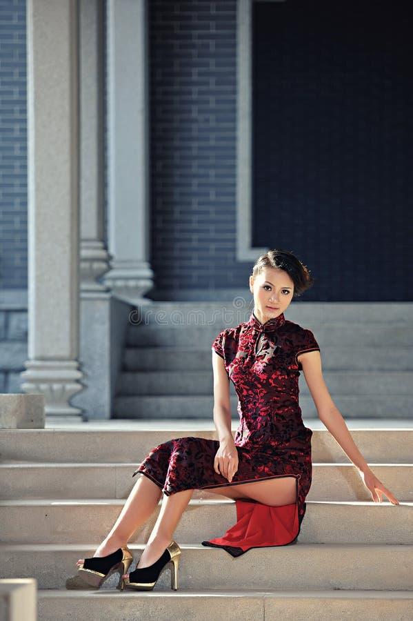 Klasyczna Chińska kobieta ubierająca w cheongsam obrazy royalty free