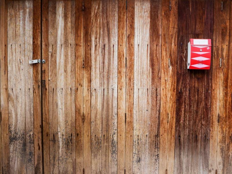 Klasyczna czerwona skrzynka pocztowa na rocznika drewnie obraz stock