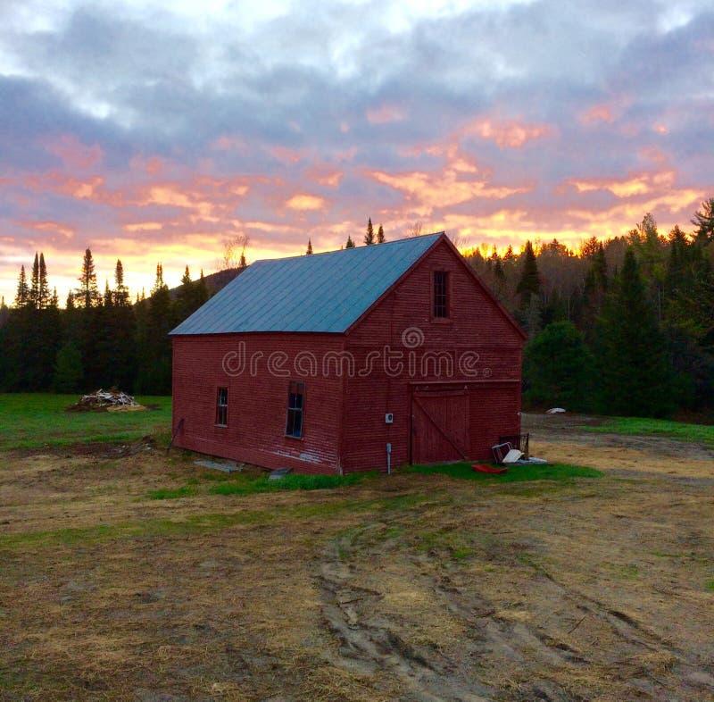 Klasyczna Czerwona stajnia przy wschodem słońca w Vermont fotografia royalty free