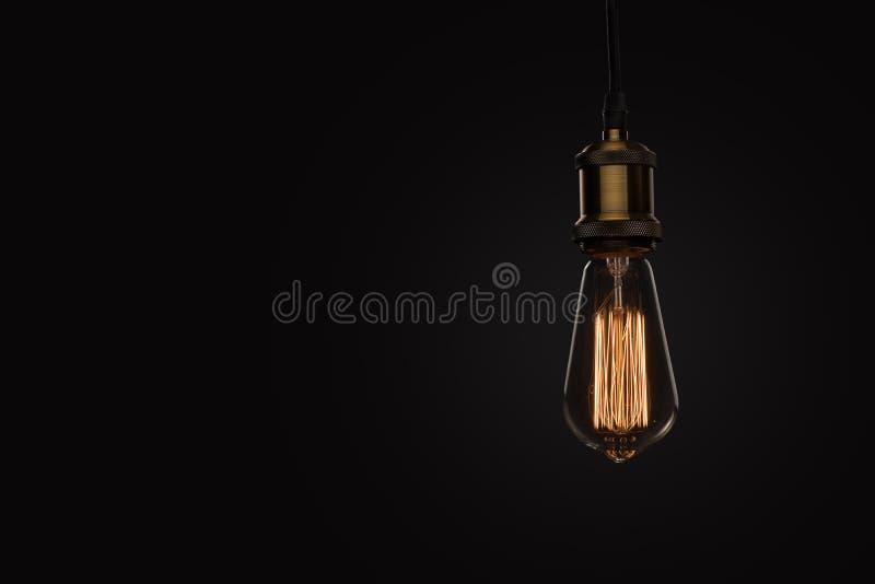 Klasyczna Edison żarówka na czarnym tle fotografia royalty free