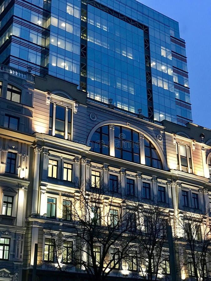 Klasyczna Europejska architektura Kontrastująca z Nowożytną architekturą zdjęcie royalty free