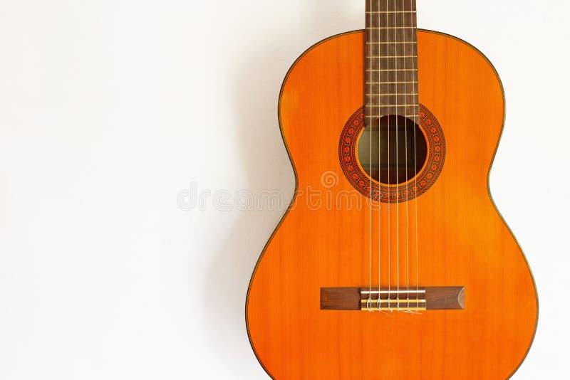 Klasyczna gitara na biel ?cianie obraz stock