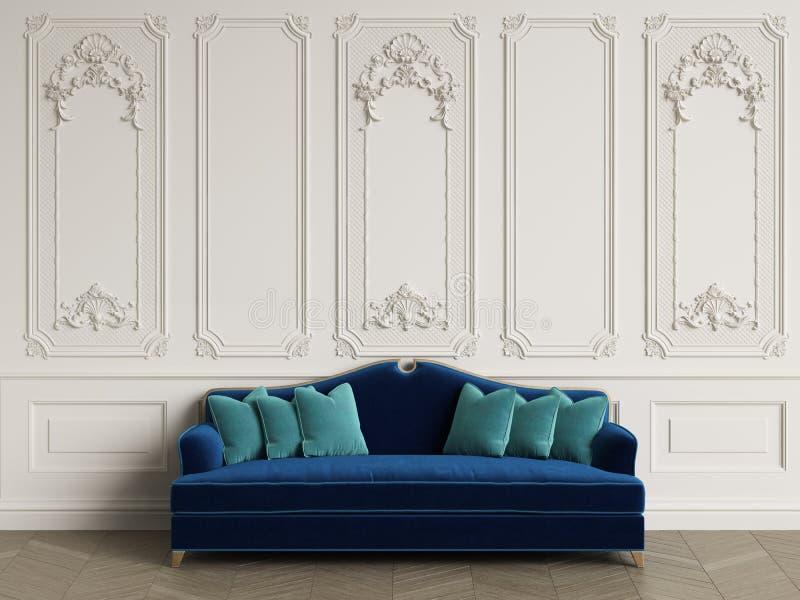 Klasyczna kanapa w klasycznym wnętrzu z kopii przestrzenią zdjęcia stock