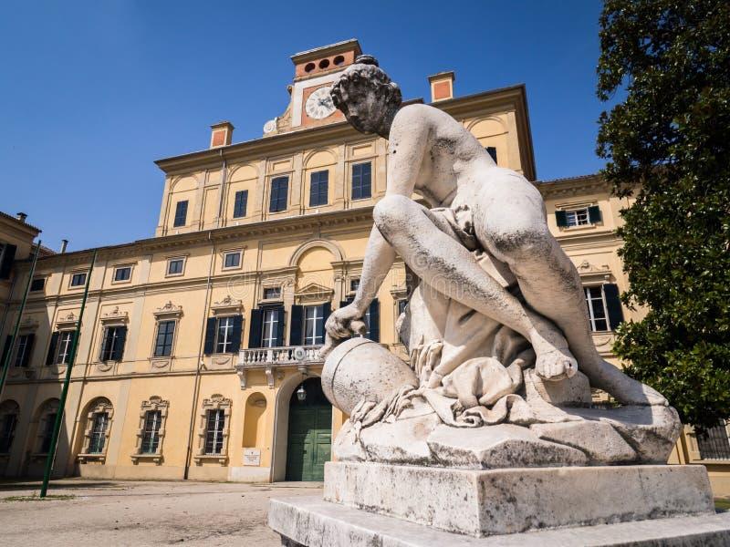 Klasyczna stylu kamienia statua w Parma, Włochy zdjęcia royalty free