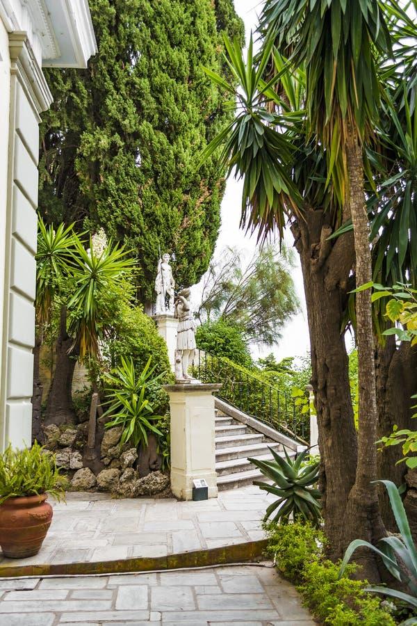 Klasyczne statuy przy Achillion pałac na wyspie Corfu zdjęcia stock
