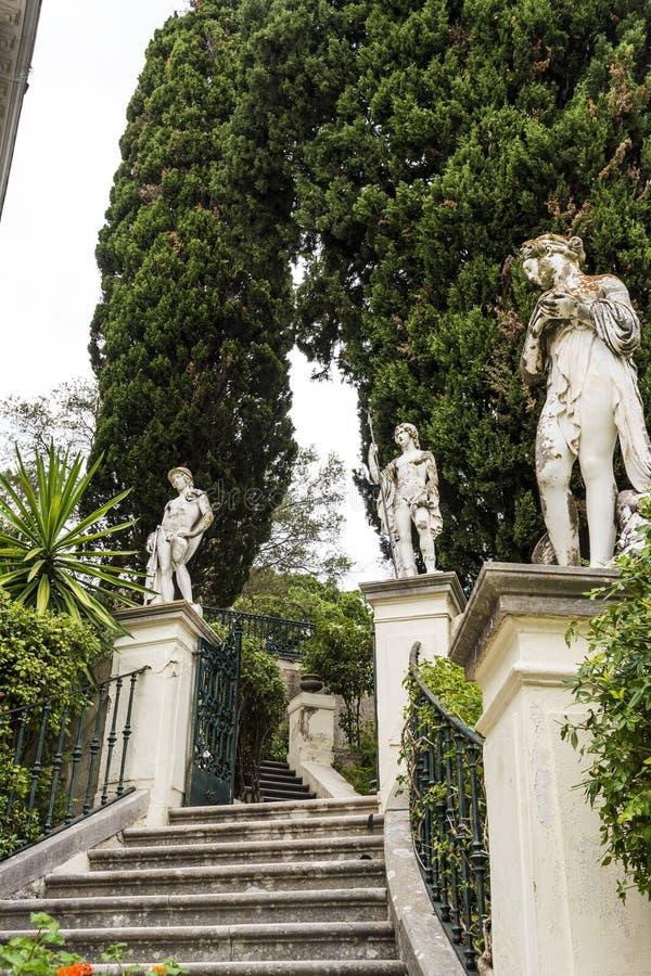 Klasyczne statuy przy Achillion pałac na wyspie Corfu obrazy royalty free