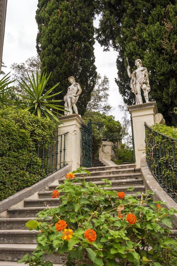 Klasyczne statuy przy Achillion pałac na wyspie Corfu zdjęcie royalty free