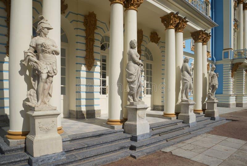Klasyczne statuy przy wejściem Catherine pałac Tsarskoye Selo obrazy royalty free