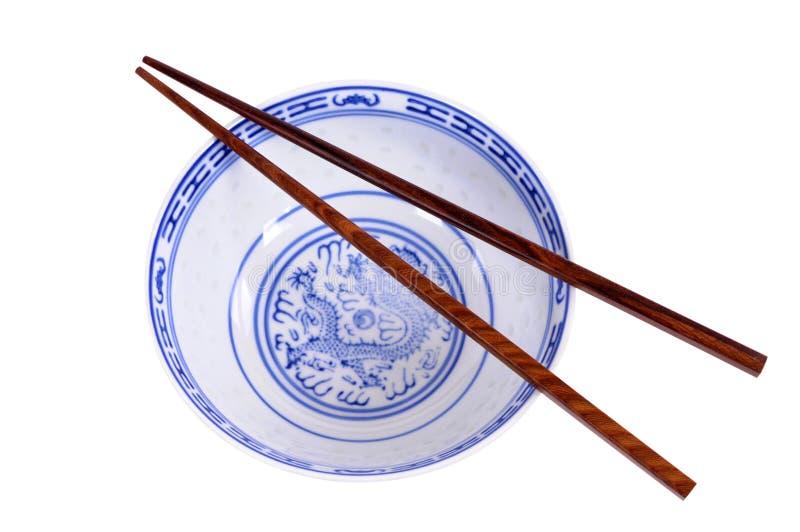 Klasycznego błękita wzoru pusty Chiński ryżowy puchar z drewnianymi chopsticks odizolowywającymi na bielu obrazy stock