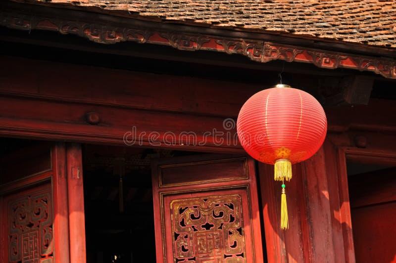 Klasycznego czerwień papieru Chiński lampion w świętej świątyni w Hanoi Vi zdjęcie royalty free