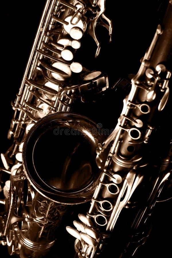 Klasycznego muzycznego saksofonu tenorowy saksofon i klarnet w czerni zdjęcie royalty free