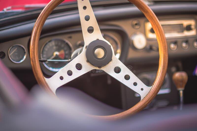 Klasycznego rocznika samochodowy wnętrze, zakończenie na w górę kierownicy, dasboard, retro skutek zdjęcia stock
