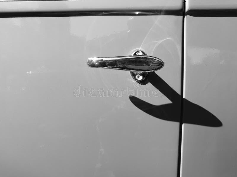Klasycznego samochodowego metalu drzwiowa gałeczka z długim cieniem w czerni i whit zdjęcia royalty free