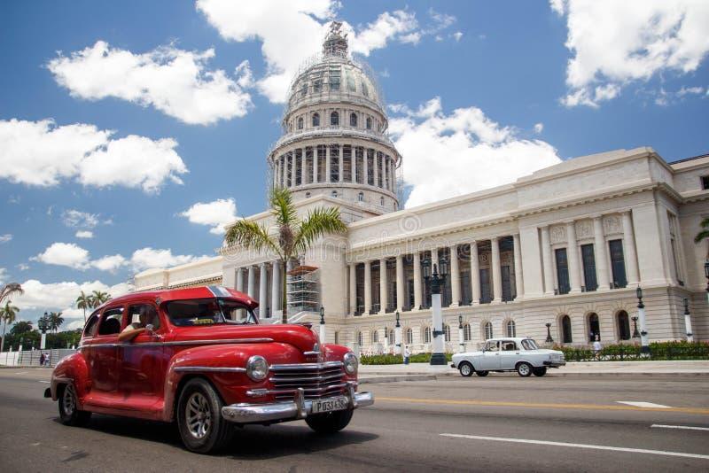 Klasyczni Amerykańscy samochody i Capitol w Hawańskim, Kuba zdjęcia royalty free