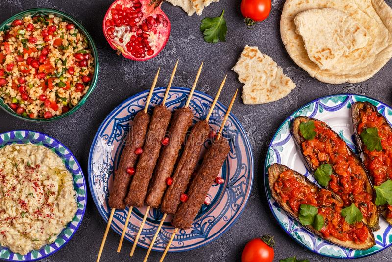 Klasyczni kebabs, tabbouleh sałatka, baby ganush i piec oberżyna, obraz royalty free