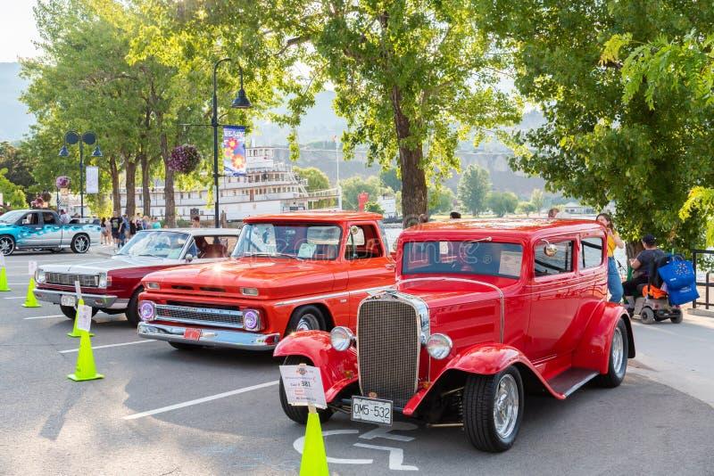 Klasyczni samochody parkujący wzdłuż Okanagan jeziora dla brzoskwini miasta plaży Pływają statkiem zdjęcie royalty free